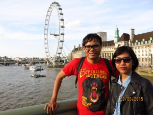 Tuh, London Eye di belakang.