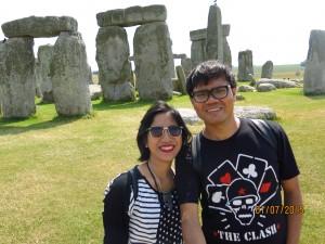 Di depan salah satu batu paling terkenal di dunia.